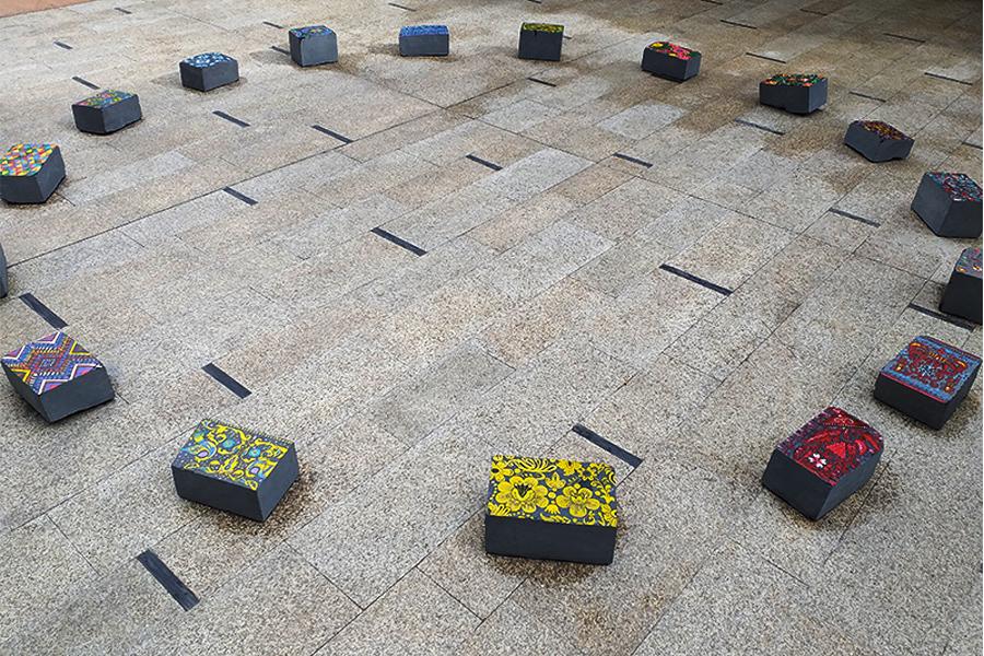 Instalación Espectadores del cielo es una instalación compuesta por 17 bloques de pizarra pintados por la artista georgiana Sofi Modebadze