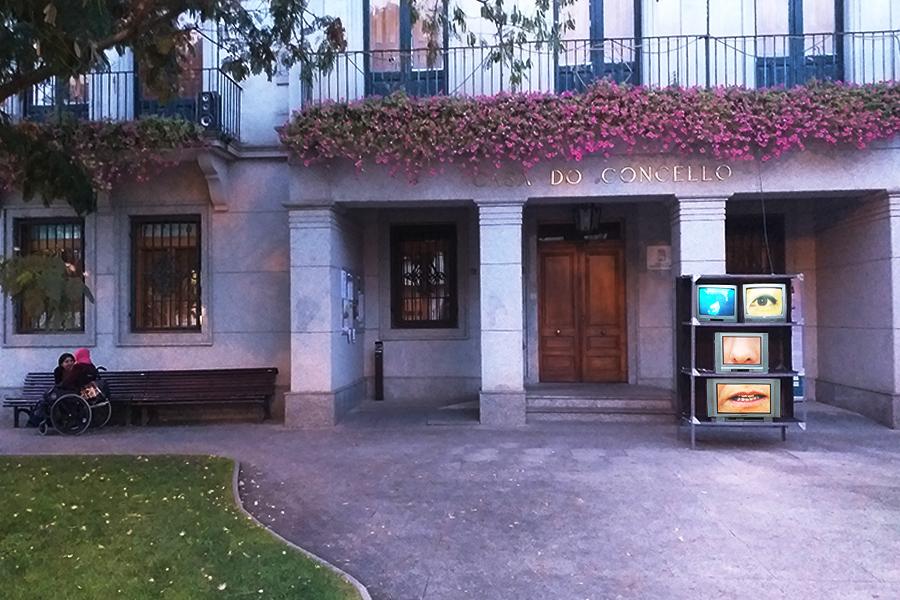Instalación Réquiem de Las Viudas del Planeta en la Plaza de O Concello de O Barco